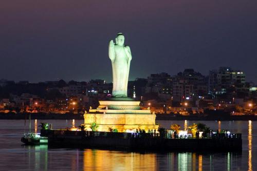 статуя будды на озере Хусейн Сагар